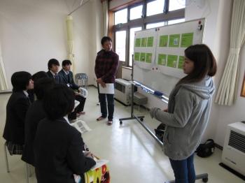 高校生は真剣な表情で大学生の話を聞いています