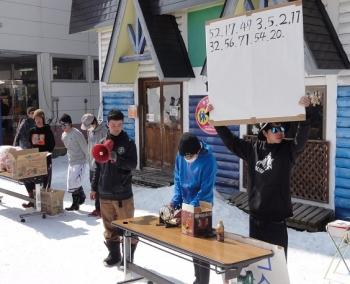 学生企画の「雪上ビンゴ大会」には家族連れ120名以上が集まりました