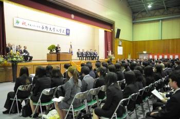 告辞を述べる中村学長