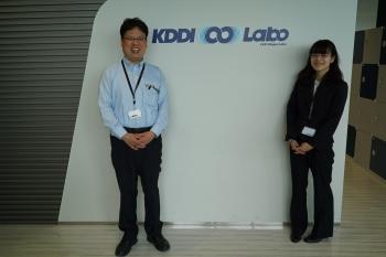 KDDI∞Laboでの記念撮影(左:田中法博教授,右:兼子亜弓さん)