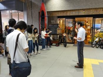 飯山駅観光交流センターのスタッフからお話を伺う学生