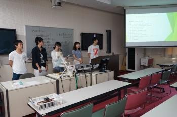 プレゼンテーションを行う社会福祉学部の学生