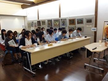 国の隔離政策や差別偏見の歴史について学ぶ学生たち