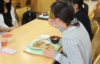 学食を利用する学生