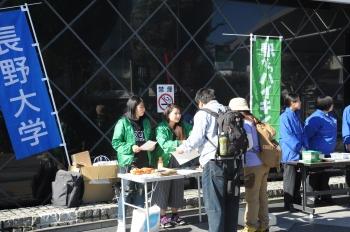 スタート地点の長野駅でコースの説明を行う学生
