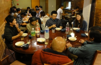 夜にはペンションオーナーや須坂市職員との交流会