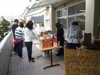 会場の装飾、商品の搬入や陳列、販売等の作業を学生スタッフが手伝いしました