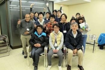 市民の方や参加した学生、松下先生との集合写真です