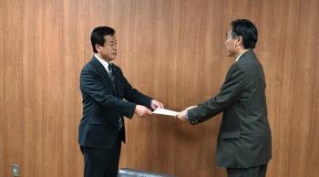 公立大学法人長野大学の設立認可書が長野県知事から上田市長へ手交されました様子