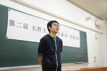 中国の文章を暗唱する様子
