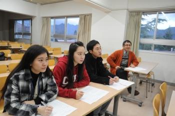 中国人留学生と教員が採点者となりフィードバックをします