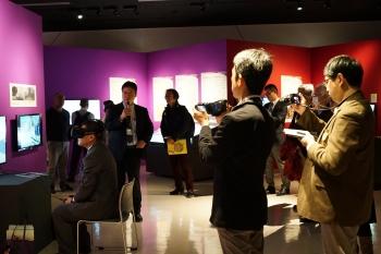 小諸城VR体験システムの説明をする田中法博教授