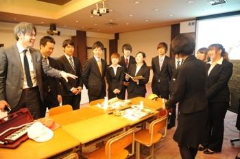 学生とともに地域のホテルの今後の食事業について検討する森教授