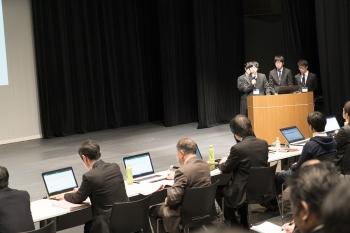審査員の質問に答える本学学生