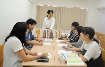▲対話型の授業を行う片山准教授
