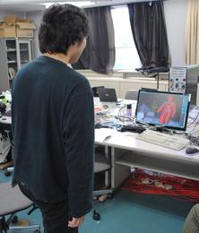 人間の動作をコンピュータで調べている様子
