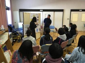実習の様子を報告する学生と熱心に話を聞く高校生