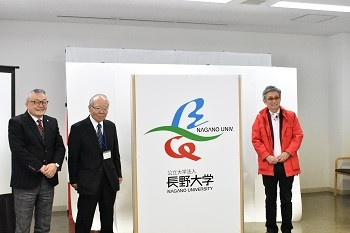 新しいシンボルマーク、ロゴマークを発表する中村学長、白井理事長、馬場氏