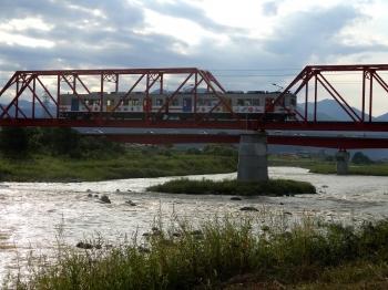 別所線千曲川橋梁部分を走る車両の実景