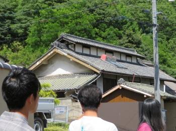 蚕種製造民家 越屋根に注目する学生