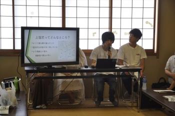 発表する1班の学生