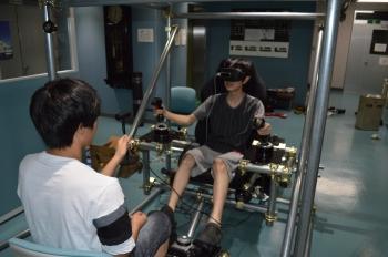 改良を加えて操縦席(VR用)