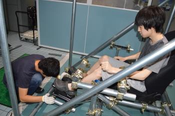 ペダルの調整をする学生