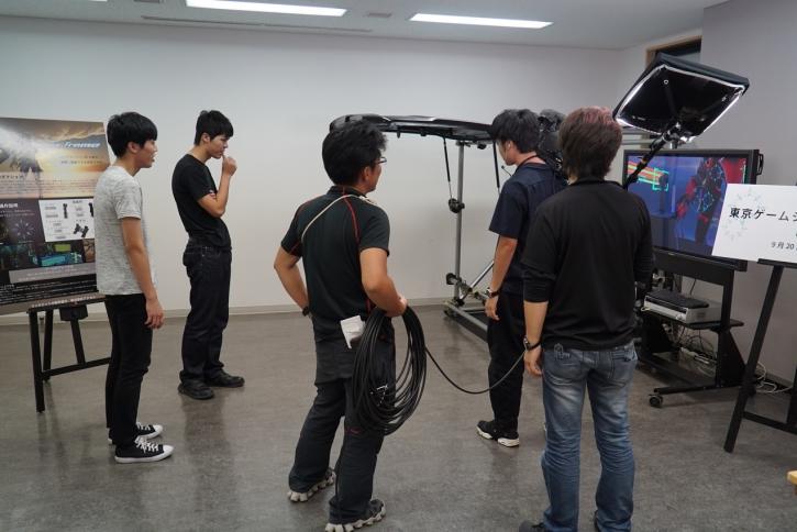 NHKの取材に応じる本学学生