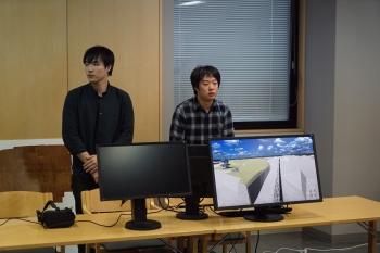 小諸城VRシステムの紹介をする学生