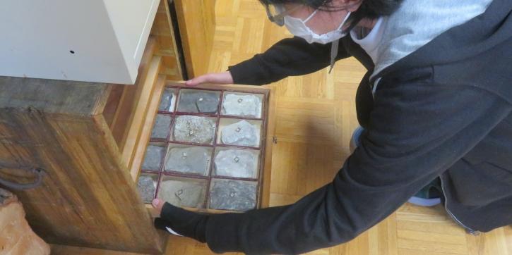 「地学標本」現物を生徒たちが取り出す